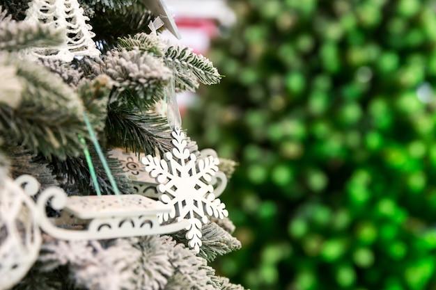 Kerstboom met decorclose-up, nieuw jaar