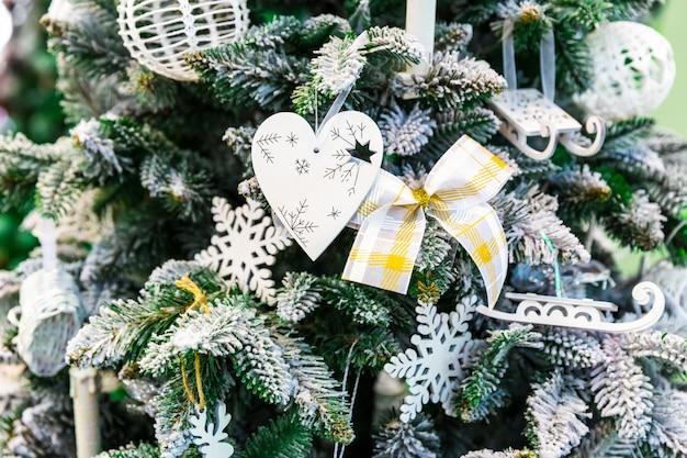 Kerstboom met decorclose-up, nieuwe jaardecoratie. winter vakantie feest