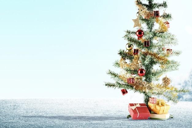 Kerstboom met een kleurrijk ornament op het sneeuwgebied