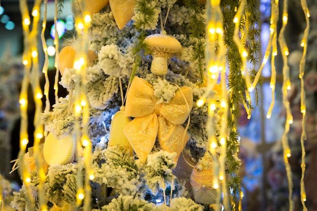 Kerstboom met geel decor en lichten