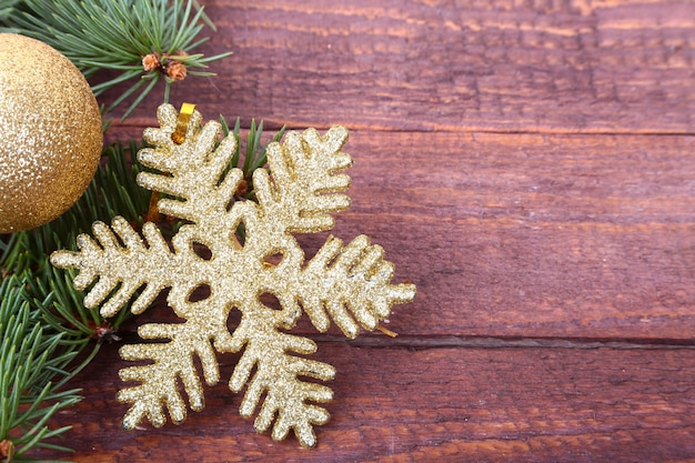 Kerstboom met geschenkdoos en decoraties op houten ruimte voor belettering