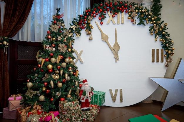 Kerstboom met geschenken en een klok