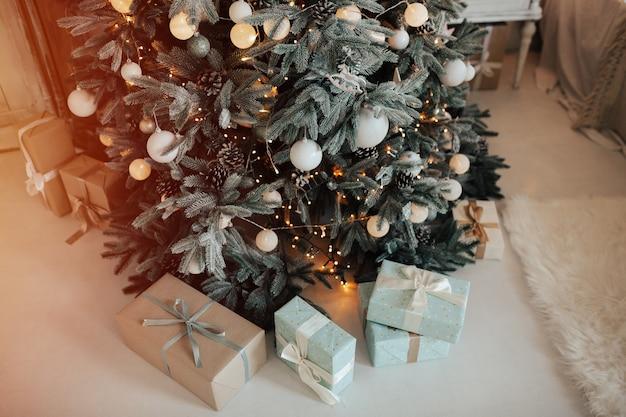 Kerstboom met geschenken eronder.
