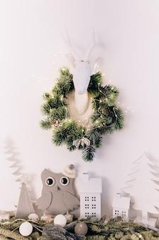 Kerstboom met geschenken geïsoleerd
