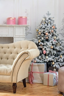 Kerstboom met geschenken in het interieur.