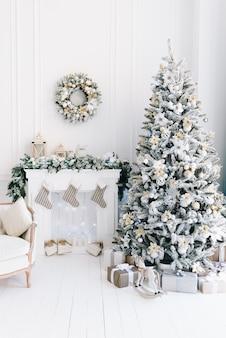 Kerstboom met geschenken onderaan