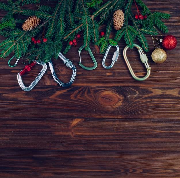 Kerstboom met karabijnhaken op hout
