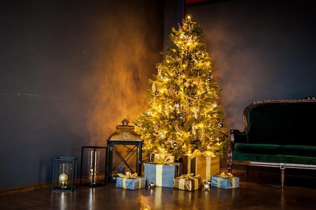 Kerstboom met kerstverlichting in het interieur