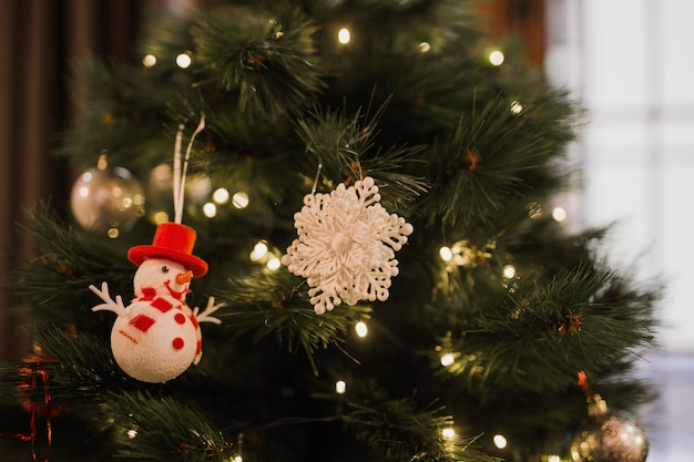 Kerstboom met kleine lampjes en speelgoed