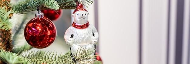 Kerstboom met kleurrijk speelgoed in het interieur. traditionele kerstboom panoramische webbanner