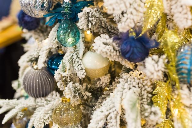 Kerstboom met kleurrijke kerstballen