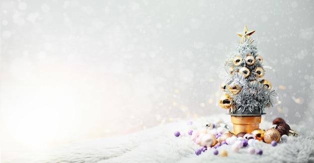 Kerstboom met kleurrijke ornamenten op zonnige de winterdag. vrolijke het conceptenachtergrond van kerstmis.