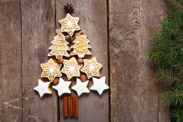 Kerstboom met koekjes, op houten tafel