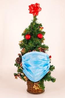 Kerstboom met medisch masker