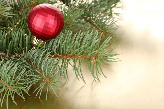 Kerstboom met mooi nieuwjaarsbal op tafel