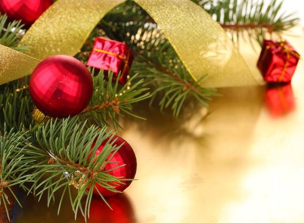 Kerstboom met mooie nieuwjaarsballen en lint op tafel