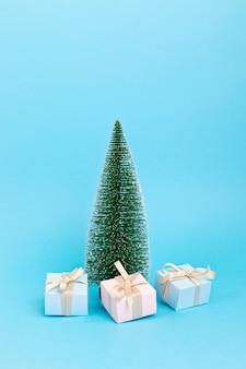 Kerstboom met ornamenten.