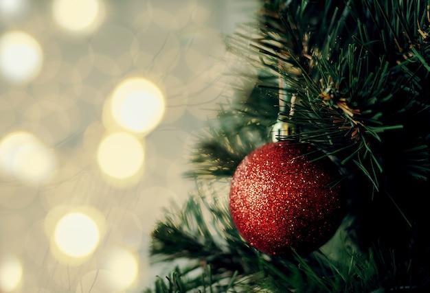 Kerstboom met rode en gouden ornamentdecoratie. kopie ruimte ,, commerciële goedkeuring
