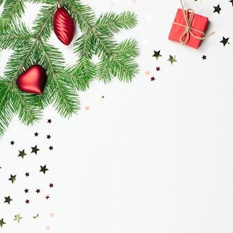 Kerstboom met rode versieringen en geschenkdoosrand, kopieer ruimte