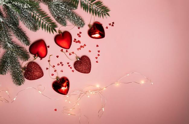 Kerstboom met rood speelgoed