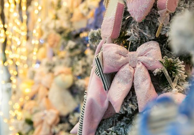 Kerstboom met roze decor en lichten, garland