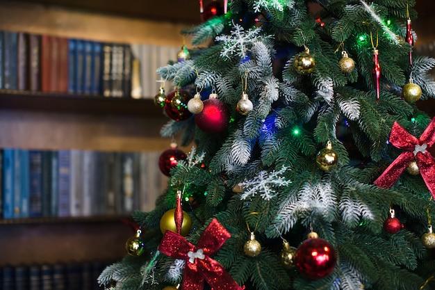 Kerstboom met speelgoed en ballen.