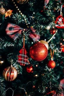 Kerstboom met speelgoed en decoratieve sneeuw voor een gelukkig nieuwjaar