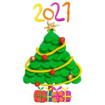 Kerstboom met ster die op witte achtergrond wordt geïsoleerd. gouden en rode kerst bal. 2021. kunstwerken voor kinderen.