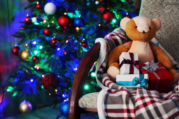 Kerstboom met teddybeer en geschenkdozen