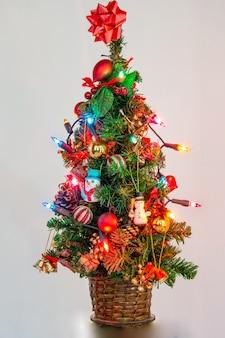 Kerstboom met verlichting en ornamenten