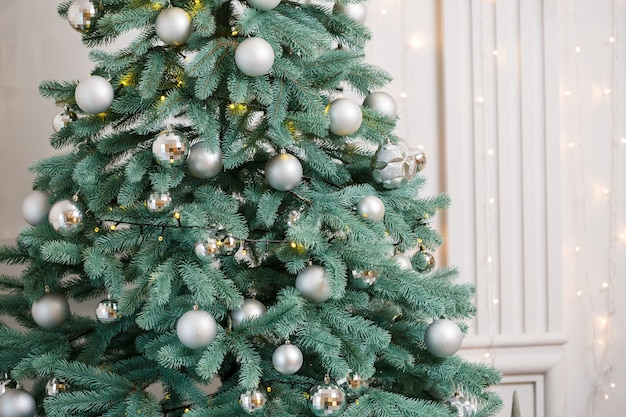 Kerstboom met zilveren decoratiespeelgoed. oud en nieuw is binnenkort