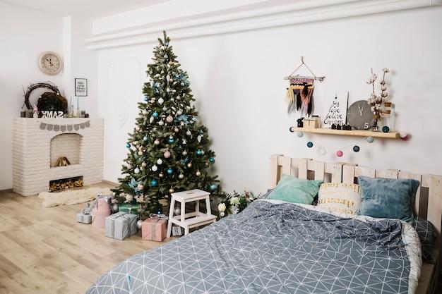 Kerstboom naast bed