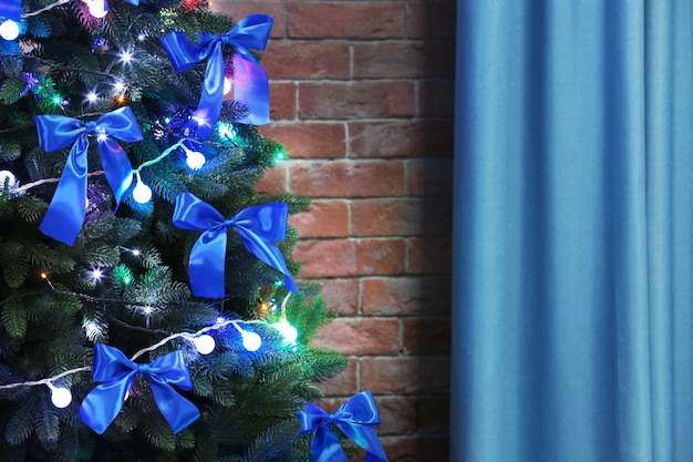 Kerstboom op bakstenen muuroppervlak