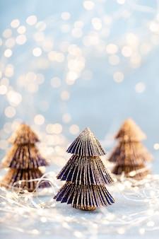 Kerstboom op bokeh achtergrond.