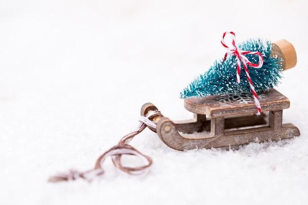 Kerstboom op de slee. kerstmis en nieuwjaar gouden thema achtergrond.
