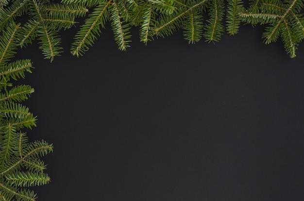Kerstboom op de zwarte achtergrond wordt geïsoleerd die. plat leggen mock-up