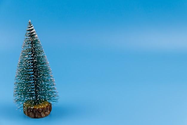 Kerstboom op een pastelblauwe achtergrond. kerstmis of nieuwjaar concept. minimaal ontwerp