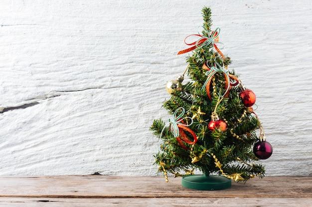 Kerstboom op houten tafel