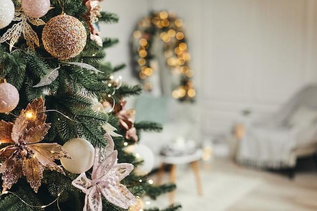 Kerstboom op onscherpe achtergrond van kerst versierde interieur.