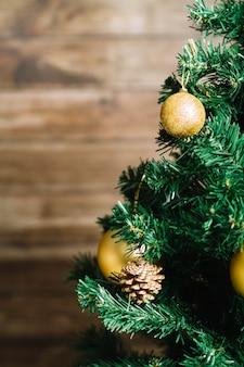 Kerstboom op onscherpe achtergrond