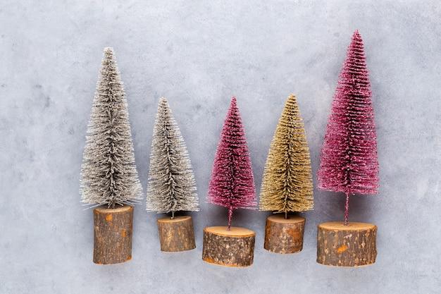 Kerstboom op pastel gekleurde achtergrond. minimaal concept voor kerstmis of nieuwjaar.
