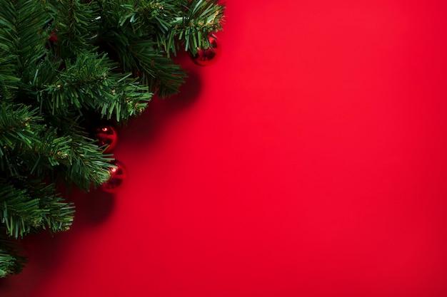 Kerstboom op rode achtergrond met kopie ruimte