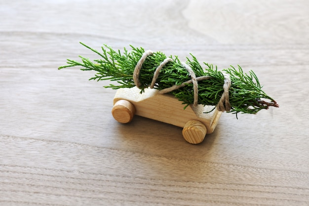 Kerstboom op speelgoedauto