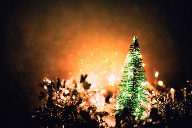 Kerstboom op vage kerstmisdecoratie en sneeuwachtergrond.