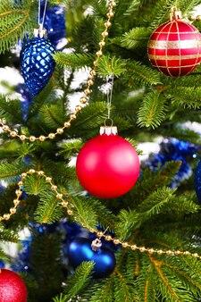 Kerstboom op wit wordt geïsoleerd