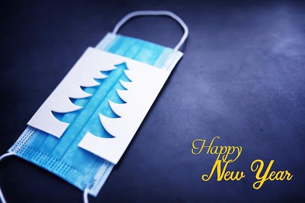 Kerstboom papier snijden ontwerp papercraft kaart. witte, rode en groene kleur