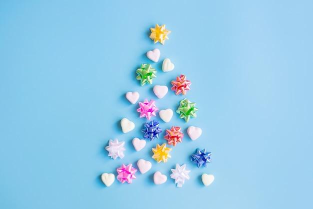 Kerstboom plat lag gemaakte decoraties, snoepjes, strikken