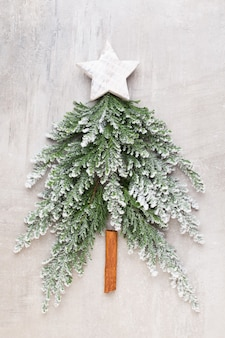 Kerstboom plat lag op de grijze achtergrond. nieuwjaar concept. kopieer ruimte. plat leggen. bovenaanzicht.