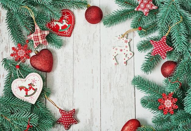 Kerstboom rode speelgoed achtergrond. merry christmas wenskaart achtergrond