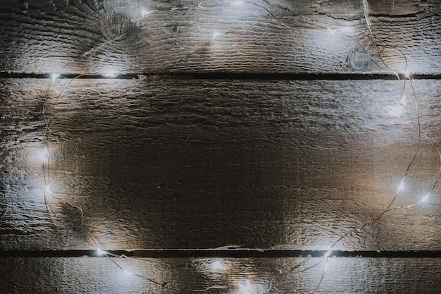 Kerstboom steekt decoratie op helder houten aan